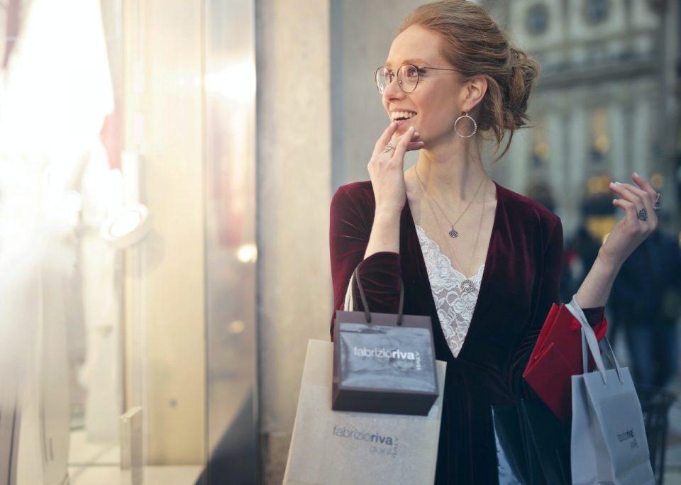 https://soukboard.com/wp-content/uploads/2020/05/woman-carrying-tote-bags-975250-960x684_c.jpg
